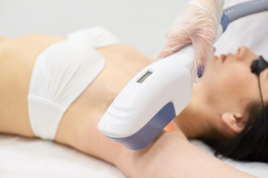 レーザー脱毛やトーニングやフォトフェイシャルなどの美容医療機器での美容看護師の施術