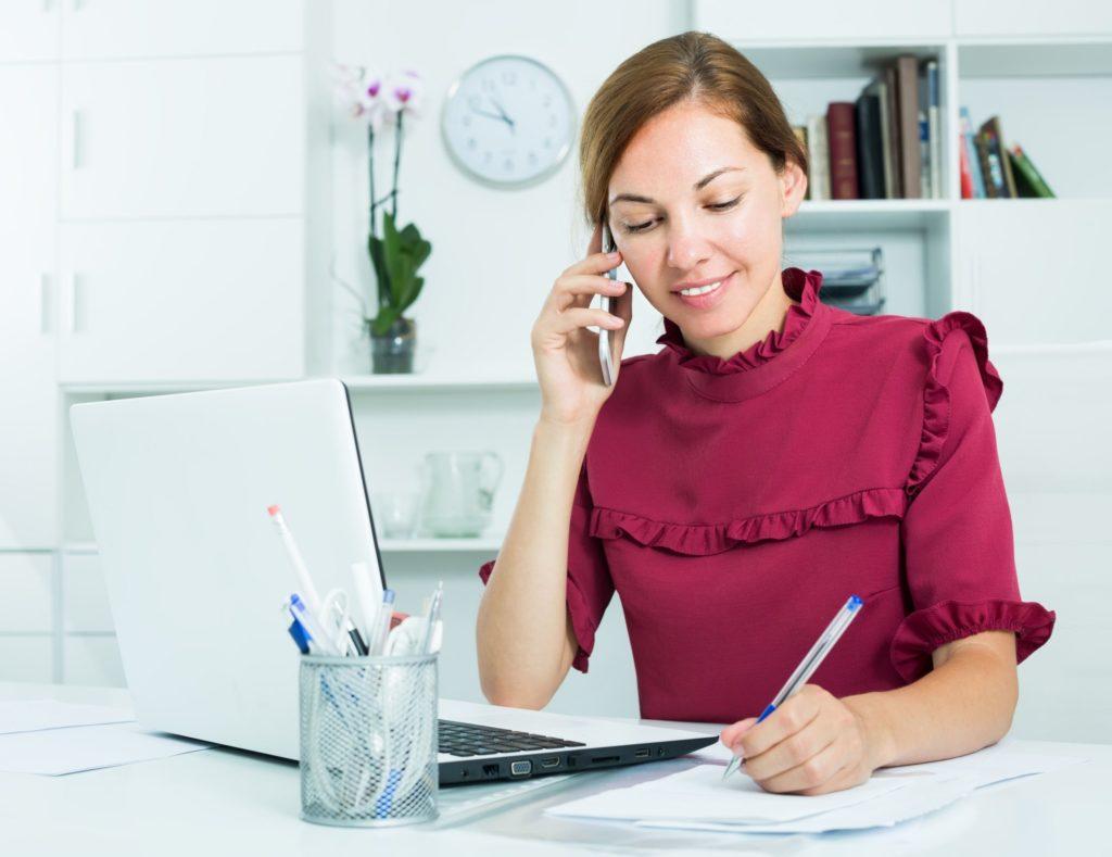 美容クリニックでの受付業務や電話対応の仕事も行う看護師