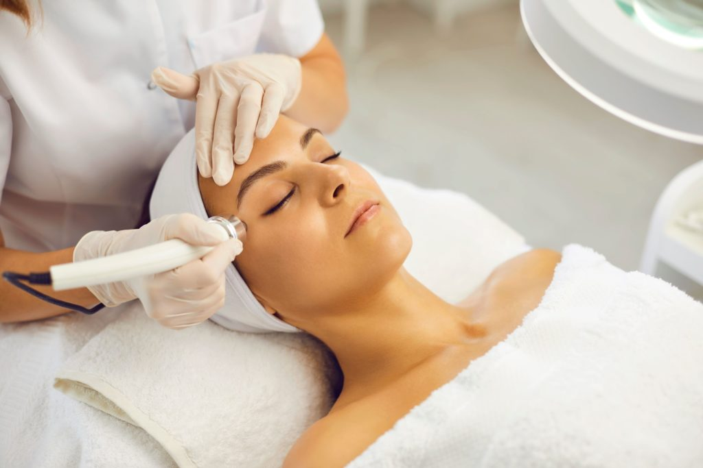 美容クリニック看護師の仕事はレーザー施術や手術介助など覚えることが多くて大変