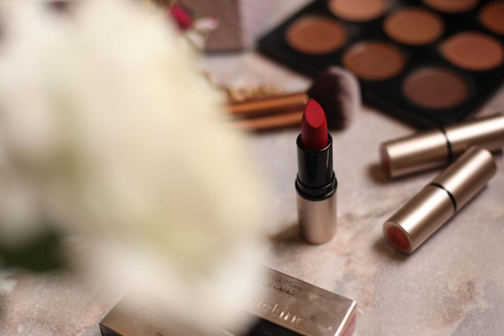 知らないと損する美容看護師にオススメの資格は日本化粧品検定のコスメコンシェルジュ