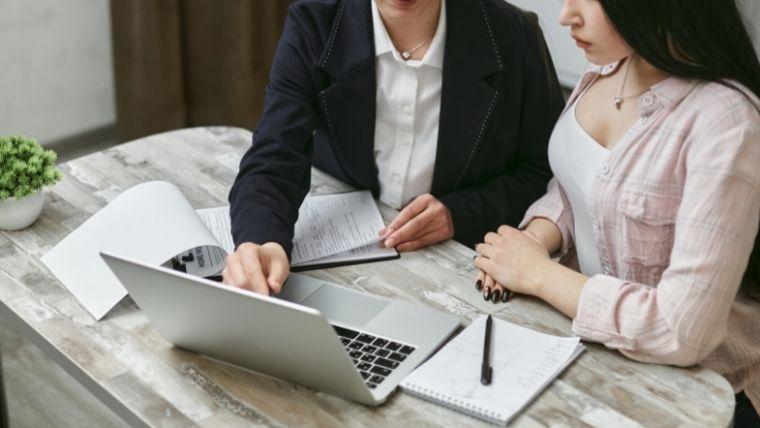 看護師転職サイト利用の流れにおけるコンサルタントによる履歴書添削と書類選考